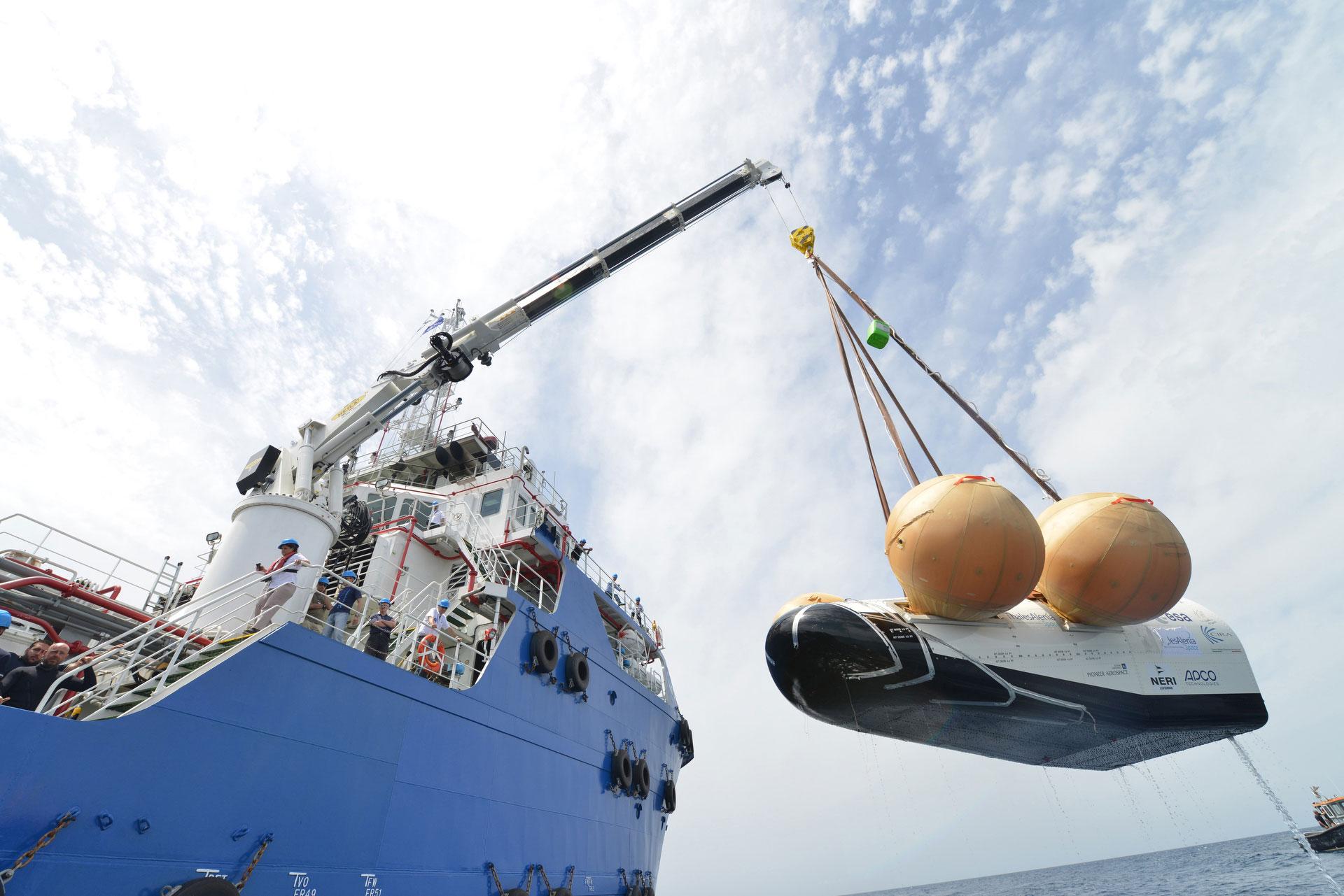 IXV prototype hoisted onto ship. Credit: Neri - Livorno (I)